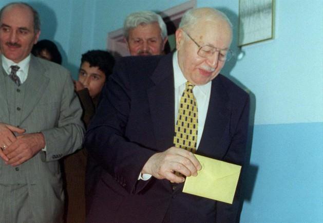 İlk kez İslamcı bir parti sandıktan birinci çıktı: 24 Aralık 1995 seçimleri çok parçalı bir siyasi yapı ortaya koymuş, ancak Refah Partisi (RP) yüzde 21 küsur oyuyla birinci parti olmuştu. 550 milletvekilliğinden 158'ini kazanan RP, 1990'ların başında yükselme eğilimine giren siyasal İslam'ın, 1994'teki yerel seçim başarısının ardından (RP, İstanbul ve Ankara Büyükşehir Belediyeleri'ni SHP'nin elinden almıştı) ulaştığı noktayı gözler önüne serdi. RP gücünü iki kaynaktan alıyordu: Muhafazakâr Anadolu sermayesinin önemli bir bölümü ve 12 Eylül öncesinde sola eğilimli olan, ancak 1990'larla beraber İslamcı siyasetin etki alanına giren büyük kentlerin yoksulları. Parti elbette Anadolu'da da güçlü bir halk desteğine sahipti.