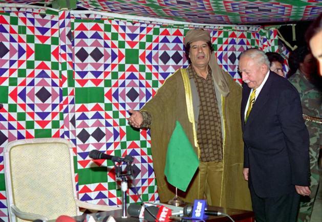 """Kaddafi krizi: Öte yandan Erbakan'ın ülkedeki laik güçleri yatıştırmaya yönelik tutumu, partisinin radikal unsurlarının da tepkisini çekmekteydi. Kimi RP Milletvekillerinin laiklik karşıtı """"sivri"""" çıkışları kamuoyunda tepkiyle karşılanmaktaydı. Erbakan ilk dış seyahatini İran'a yaptı. İkinci durağı olan Libya'da Devlet Başkanı Muammer Kaddafi'nin, Türkiye'nin Kürtlere yönelik tavrından dolayı kameraların önünde Erbakan'ı paylaması ve rahatsızlığı yüzünden okunduğu halde Erbakan'ın buna cevap vermemesi (ya da verememesi), medyada şiddetli biçimde eleştirilmişti."""