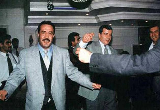 """Susurluk gündemi değiştirdi: Tüm bunlar olurken kamuoyunu o sıralarda çok meşgul eden, biri gerçekten önemli, diğeri ise """"şişirilmiş"""" iki mesele vardı. 3 Kasım 1996'da Susurluk'ta bir trafik kazası meydana geldi ve hurdaya dönen bir araçtan 3 kişinin cesedi çıktı: Bir polis okulunun müdürü olan, eski İstanbul Emniyet Müdür Yardımcısı Hüseyin Kocadağ. 80 öncesinde Ülkücü Gençlik Derneği Başkan Yardımcısı olan, Türkiye İşçi Partili 7 gencin katledilmesi, Mehmet Ali Ağca'nın cezaevinden kaçırılması ve uyuşturucu kaçakçılığı gibi suçlardan Türk polisi ve Interpol tarafından aranan Abdullah Çatlı (mamafih bu ismin kâğıt üzerinde firari olmakla beraber ülke içinde yıllardır rahatça seyahat edebildiği anlaşılmaktaydı). Arabadan çıkan üçüncü ceset Gonca Us adlı bir mankene aitti. Urfa'daki Bucak aşiretinin lideri ve DYP Milletvekili Sedat Bucak ise kazadan yaralı olarak kurtulmuştu."""