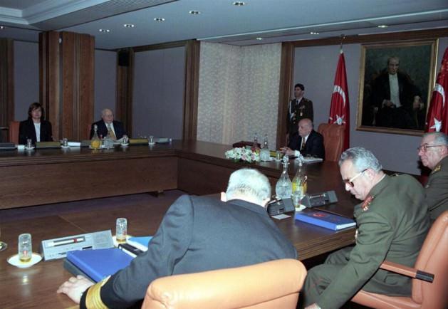 """MGK'dan Erbakan'a sert bildiri: Ve 28 Şubat """"darbesine"""" yahut """"sürecine"""" adını veren, 28 Şubat 1997 tarihli MGK toplantısı… Cumhurbaşkanı Demirel, Başbakan Erbakan ve Yardımcısı Çiller ile Genelkurmay Başkanı İsmail Hakkı Karadayı ve kuvvet komutanlarının katıldığı, 9 saat süren toplantıda TSK, hükümete, """"irtica""""ya karşı alınmasını istediği önlemleri içeren 18 maddelik bir liste sundu. Erbakan bu talepleri kabul etmek ve MGK bildirisini imzalamak zorunda kaldı. MGK kararları kağıt üzerinde hükümete tavsiye niteliğindeydi ama bunlara uymak fiilen bir zorunluluktu."""