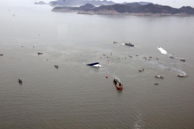<p>Güney Kore'de 450'den fazla kişi taşıyan bir feribot, henüz bilinmeyen bir sebeple sulara gömüldü.</p>