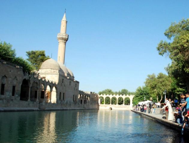 Bediüzzaman Said Nursi vefat ettikten sonra  1960'da ilk olarak Makam-ı İbrahim'deki bu bölüme defnedildi. Ancak 27 Mayıs'ta darbeciler naaşını buradan çıkarıp meçhul bir yere götürdüler... İşte o mekanın gece ve gündüz hali ve çevresi