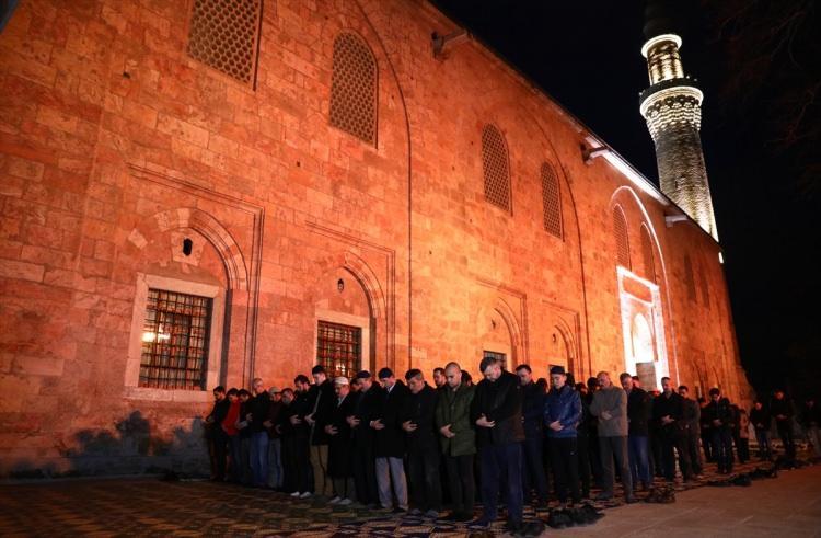<p>Sabah namazı için camilere akın eden vatandaşlar hep birlikte Mehmetçik'lere dua etti.</p>  <p></p>