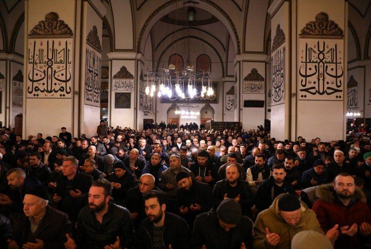 """<p>Türk Silahlı Kuvvetleri'nce, Suriye'nin Afrin bölgesinde terör örgütü mensuplarını etkisiz hale getirmek üzere başlatılan """"Zeytin Dalı Harekatı""""nın zaferle sonuçlanması için ülke genelindeki 90 bin camide kılınan sabah namazında Mehmetçik'e dua edildi.</p>  <p></p>"""