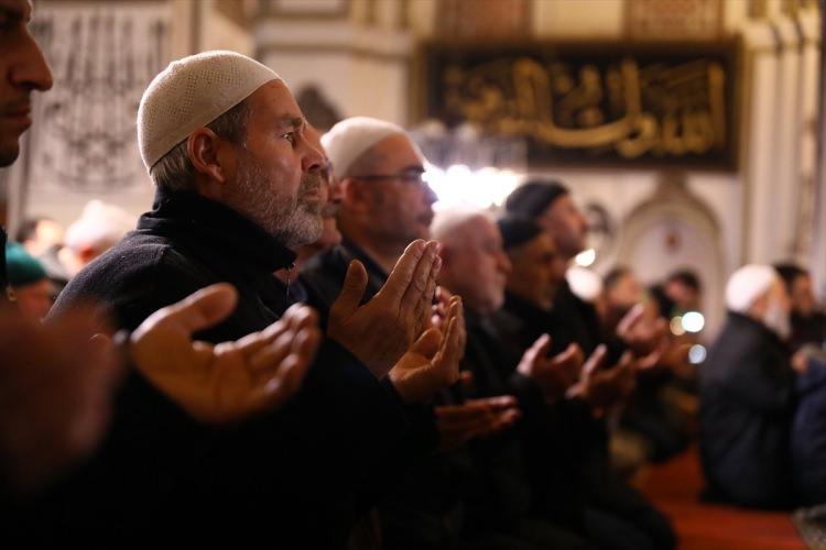 <p>Üsküdar'daki Mihrimah Sultan Camii ve Eyüpsultandaki Eyüpsultan Camii'nde sabah namazında saf tutan vatandaşlar Zeytin Dalı Harekatı'nda görevli Türk askeri için dua etti.</p>  <p></p>