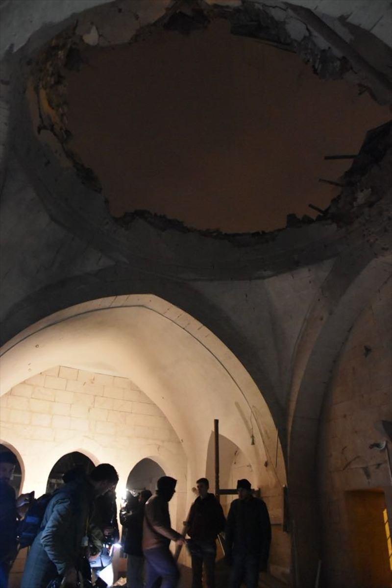 <p>Alınan ilk bilgilere göre, kent merkezindeki Çalık Camisi'ne saat 18.10 sıralarında atılan roket isabet etti. Bu sırada camide bulunan cemaatten yaralananlar oldu.</p>  <p></p>