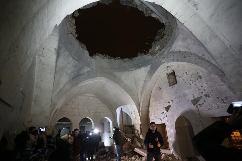 """<p>Roketlerden birisinin Çalık Camisi'ni hedef aldığı aktarılan açıklamada, şunlar kaydedildi:</p>  <p>""""Akşam namazını kılmakta olan biri Türk, biri Suriyeli olmak üzere 2 kişi hayatını kaybetmiştir.</p>"""