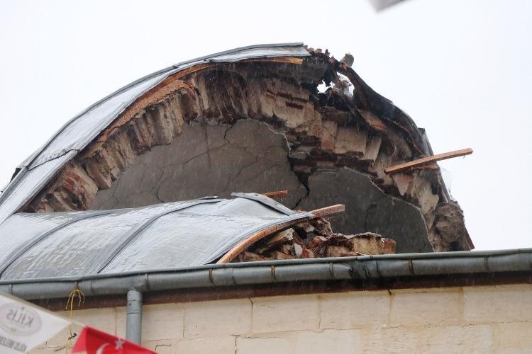 <p>Kilis'te dün akşam namazı sırasında Çalık Camii'ne isabet eden roketin neden olduğu hasarın boyutu gün ağarınca ortaya çıktı.</p>