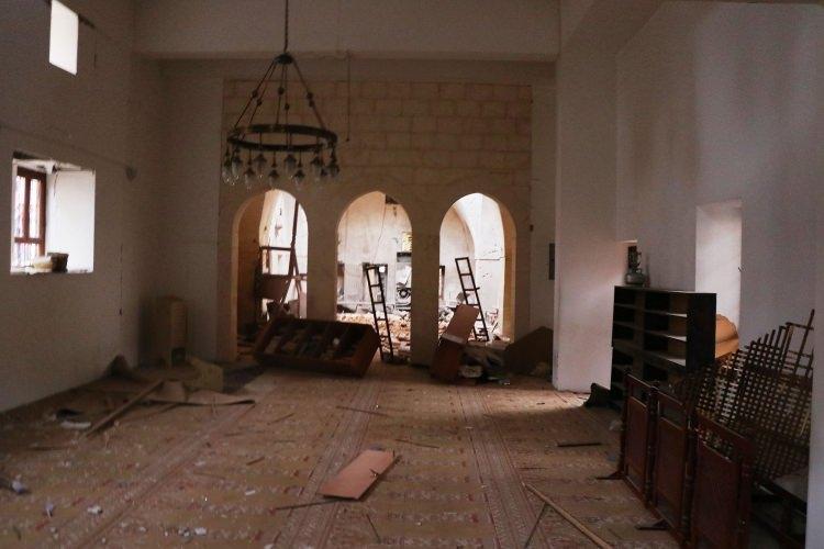 <p>Caminin yanına düşen ikinci roket nedeniyle de 5 kişi yaralandı.</p>