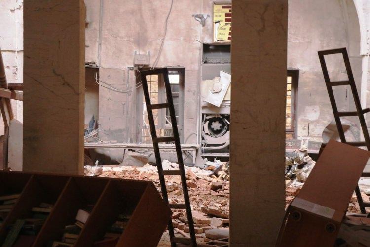 <p>Can pazarının yaşandığı roketli saldırı sonrasında ekipler ve vatandaşlar yıkılan cami kubbesinin enkazında kalan kişileri kurtarmak için seferber oldu.</p>