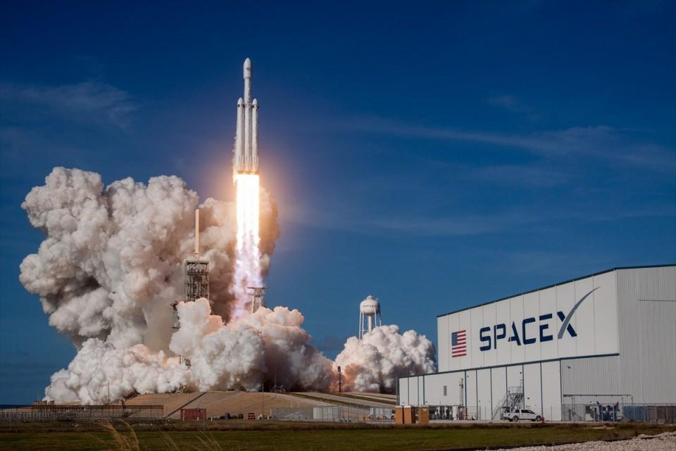 <p>Tesla'nin üst düzey yöneticisi veSpaceX'in kurucusu milyarder iş adamı Elon Musk'a ait füze,Florida eyaletindeki Kennedy Uzay Merkezi'nden sorunsuz bir şekilde fırlatıldı.</p>