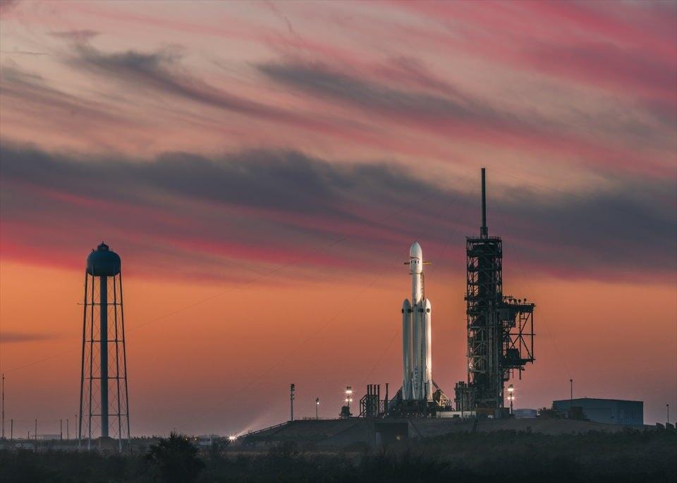 <p>Amerikan uzay aracı ve roket üreticisi SpaceX, dünyanın en güçlü roketi Falcon Heavy'i uzaya fırlattı.</p>