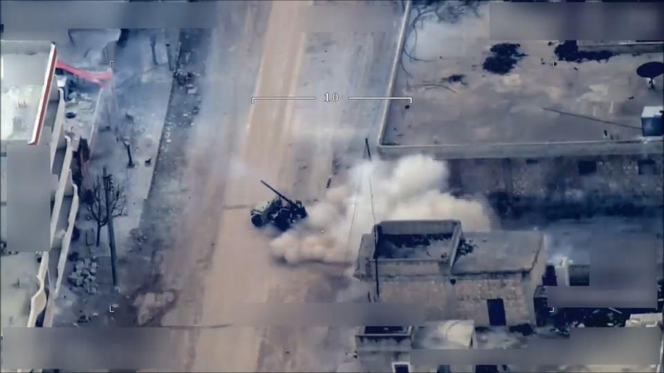 <p>Afrin'in batısındaki Cinderes'in kenar mahallelerinde çekilen görüntülerde, üzerinde top bulunan özel donanımlı bir aracın etrafında sivil kıyafetli üç terörist görülüyor. Bu sırada, uçaksavar yüklü bir araç da teröristlerin yanına yaklaşıp kısa süre bekledikten sonra buradan ayrılıyor.</p>