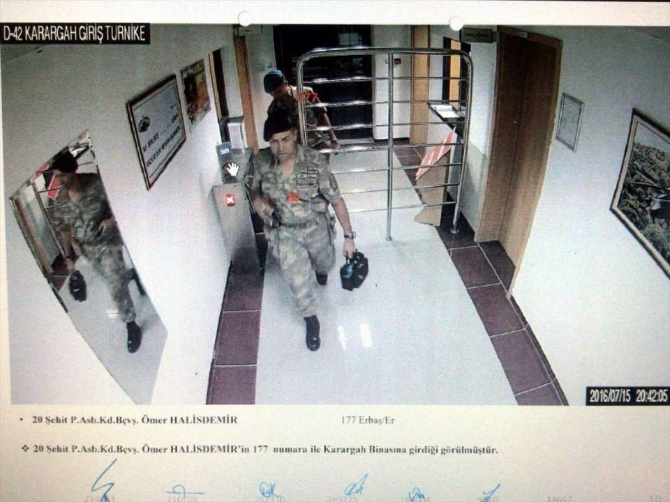 <p>Özel Kuvvetler Komutanlığı'nı (ÖKK) ele geçirmek isteyen cuntacı general Semih Terzi'yi vurarak, Fetullahçı Terör Örgütü'nün (FETÖ) darbe girişiminin seyrini değiştiren Astsubay Ömer Halisdemir'in şehit edilmesine ilişkin davada, güvenlik kamerası görüntüleri ve bu görüntülerden elde edilen fotoğraflardan oluşan bilirkişi raporu dosyaya eklendi.</p>