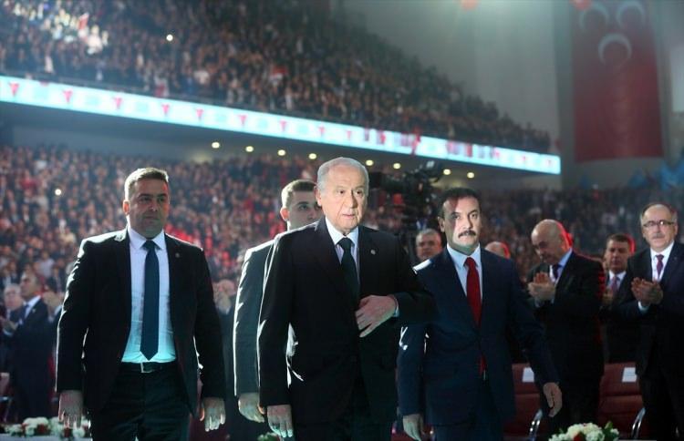 """<p>Kurultayın açılışında konuşan MHP Lideri Devlet Bahçeli, """"Hem MHP hem de partisiyle birlikte sayın Cumhurbaşkanı Recep Tayyip Erdoğan, küresel kuşatmaya alındı. Bu kuşatmaya tesir düzeyi yüksek ilk vuruş 15 Temmuz'da Türk milleti tarafından gerçekleştirilmiştir.</p>"""