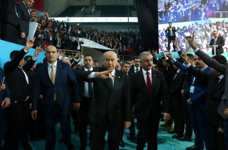 <p>MHP Genel Başkanı Devlet Bahçeli'nin tüm delegelerin imzasıyla tek başkan adayı olarak gireceği kurultay, daha öncekilerden farklı olarak Türkiye'nin siyasi tarihini değiştirecek yeni modelin de çıkış noktası olacak.</p>
