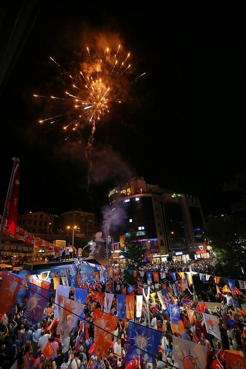 <p>Cumhurbaşkanı ve 27. Dönem Milletvekilliği seçimi sonuçlarının açıklanmaya başlamasının ardından, vatandaşlar AK Parti Trabzon İl Başkanlığı önünde toplanarak sevinç gösterilerinde bulundu.</p>  <p></p>