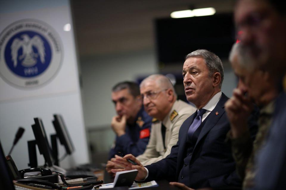 <p>Milli Savunma Bakanı Hulusi Akar, Irak'ın kuzeyindeki hedeflere yönelik harekatı, TSK komuta kademesiyle Hava Kuvvetleri Harekat Merkezi'nden takip etti.</p>  <p></p>