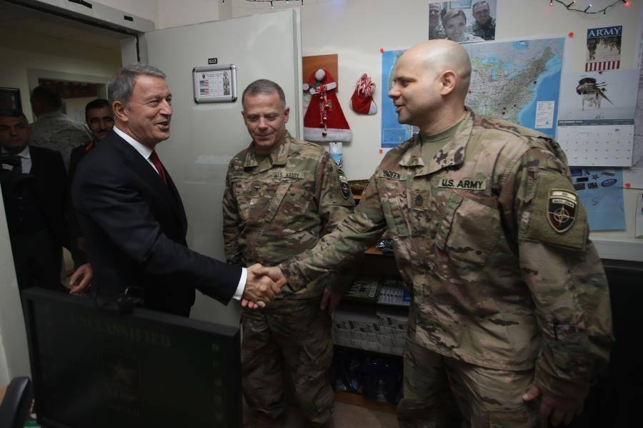 """<p>Gelişmelerin yakından takip edildiğini ifade eden Akar, """"Türkiye Cumhuriyeti devleti olarak, Türk Silahlı Kuvvetleri olarak dün olduğu gibi bugün de büyük bir dikkat ve hassasiyetle bize verilen görevleri en iyi şekilde yapmak, egemenlik ve bağımsızlığımızın devamını sağlamak, ülkemizin ve milletimizin uluslararası hukuktan doğan haklarını korumak ve kollamak için arkadaşlarımız gece, gündüz büyük bir azim ve kararlılıkla görevini yapıyor"""" diye konuştu.</p>"""