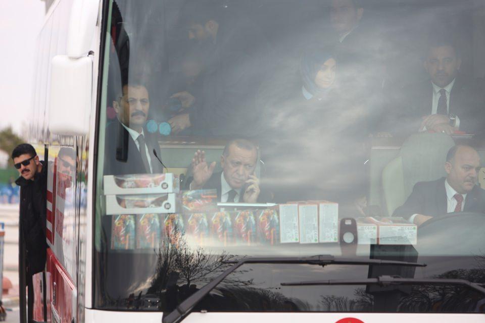 <p>Cumhurbaşkanı Erdoğan'ın, havalimanından çıkarken otobüsün ön koltuğunda cep telefonuyla konuştuğu görüldü.</p>
