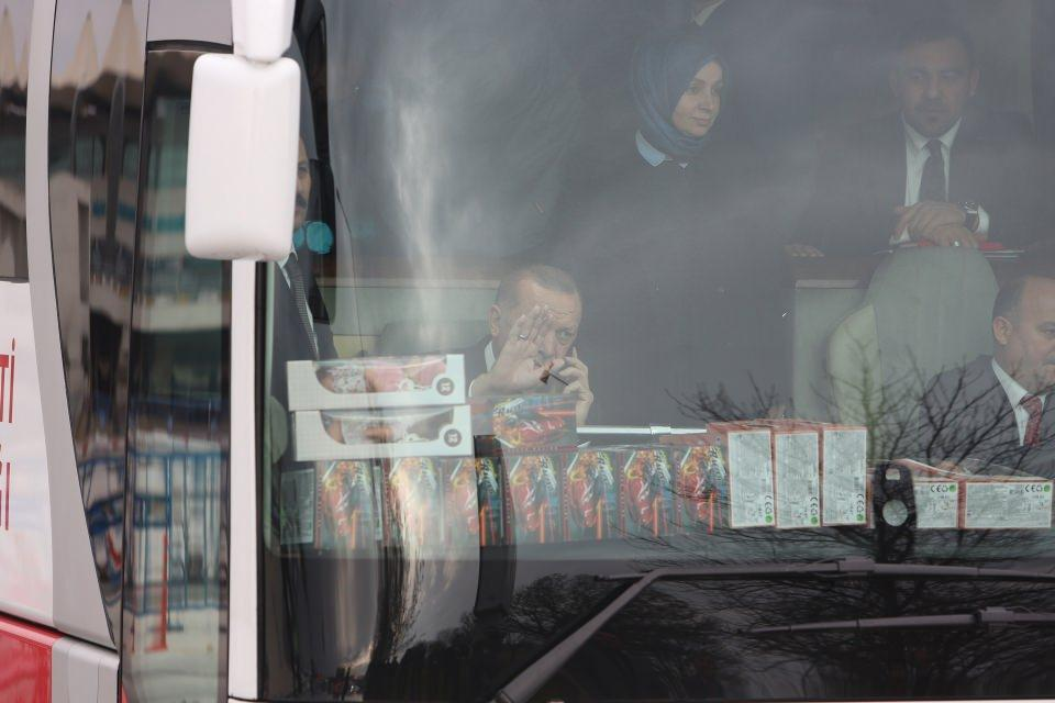 <p>Bu sırada Kayseri'nin Yahyalı ilçesinden bir kişi, ilçe belediyesi ile ilgili sorunları içeren notu, otobüsün içine attı.</p>