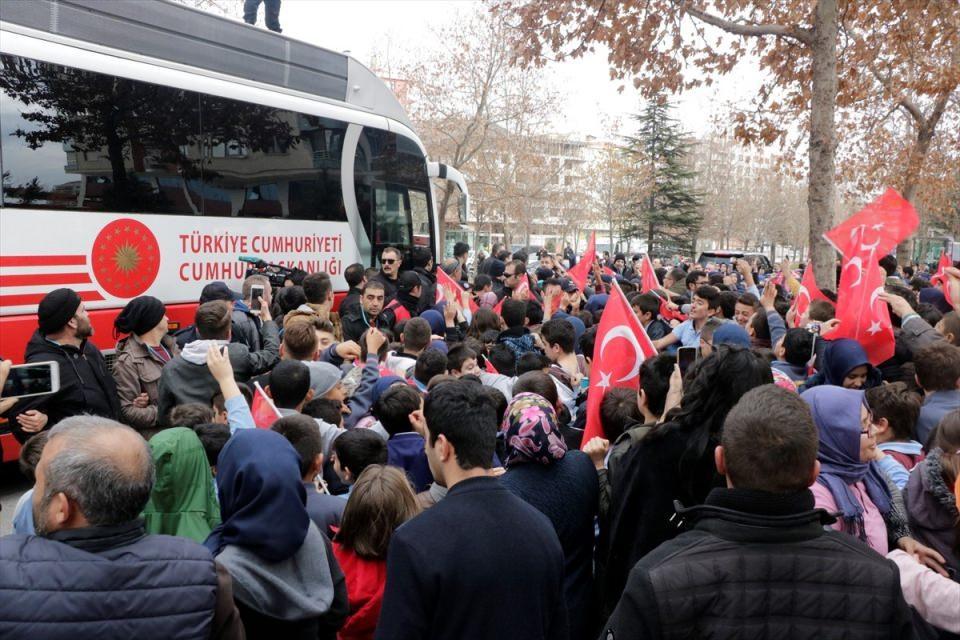 <p>Cumhurbaşkanı Recep Tayyip Erdoğan, yapımı tamamlanan eserlerin toplu açılışı ile Şeb-i Arus Programı'na katılmak üzere Konya'ya geldi. Cumhurbaşkanı Erdoğan, açılış töreninin yapılacağı Mevlana Meydanı'na gittiği sırada güzergah üzerinde kendisini karşılayan çocuklara satranç takımı hediye etti.</p>  <p></p>