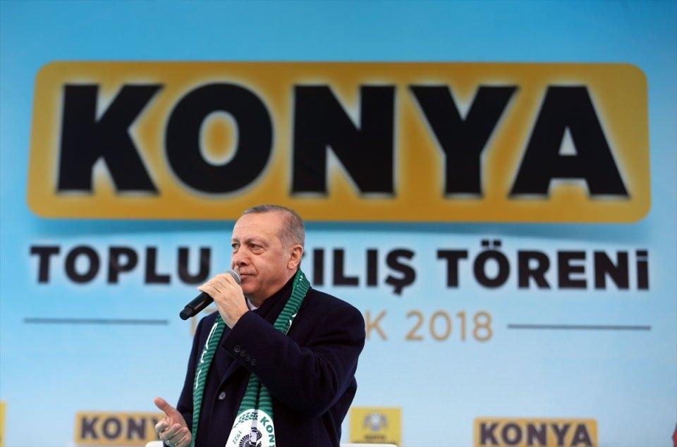 <p>Türkiye Cumhurbaşkanı Recep Tayyip Erdoğan, Konya Mevlana Meydanı'nda gerçekleştirilen Toplu Açılış Töreni'ne katılarak vatandaşları selamladı.</p>  <p></p>
