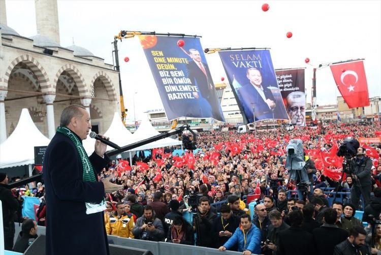 <p><strong>DİKKAT ÇEKEN PANKART</strong><br /> <br /> Cumhurbaşkanı Erdoğan'ı konuşma yaptığı sırada 'Sen One minute dedin, biz seni bir ömür dinlemeye razıyız' yazılı pankart dikkatlerden kaçmadı.</p>  <p><br /> <br /> </p>