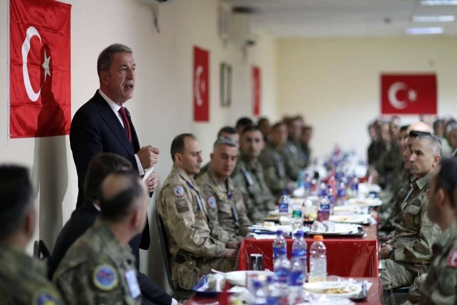 <p>Yaptıkları önemli ve başarılı görevlerle Türkiye'yi gururla temsil eden personeli kutlayan Akar, son dönemde Türkiye'nin çevresinde önemli gelişmelerin olduğunu, bunların da her geçen gün sür'atle değiştiğine dikkati çekti.</p>