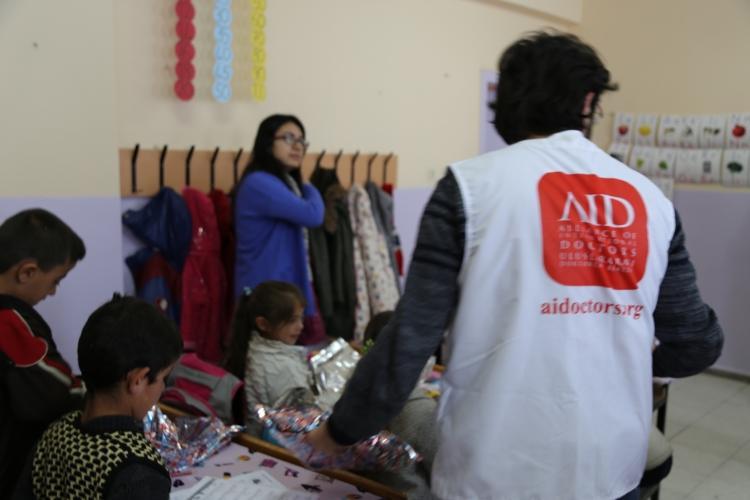 """<p>AID Uluslararası Doktorlar Derneği İstanbul Temsilciliği ile Medipol Üniversitesi Öğrenci Kulübü Uluslararası Genç Sağlık Gönüllüleri'nin organize ettiği """"Bu Kış Kalpler Beraber"""" adı altında Iğdır'ın Tuzluca ilçesi Güllüce Mollakamer İlkokulu ve Ortaokulu'nda 300 öğrenciye kışlık mont, bot, kırtasiye malzemeleri yardımı dağıtımı faaliyeti gerçekleştirildi</p>"""