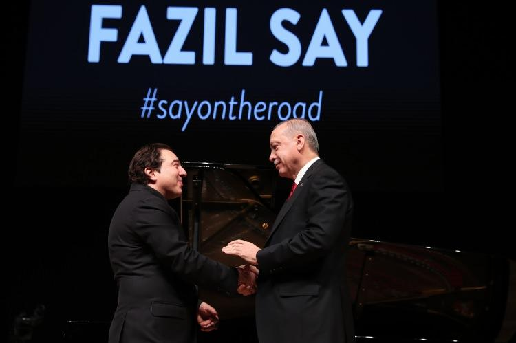 <p>Fazıl Say da CD'lerinden oluşan bir albümü imzalayarak Erdoğan'a sundu.</p>