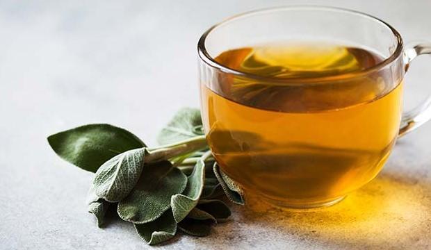 <p><strong>Ada çayı: </strong>Boğaz ağrılarına ve bademcik iltihaplarına iyi gelen ada çayını tüketebilirsiniz. 1 bardak sıcak suyun içinde 10 dakika süreyle ada çayını bekletin ve demleyin. Demlendikten ve ılık hale geldikten sonra bununla gargara yapın.</p>  <p></p>
