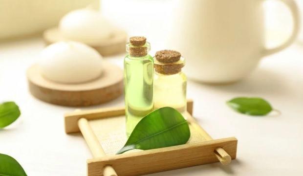 <p>Çay ağacı yağı ile masaj yapın</p>