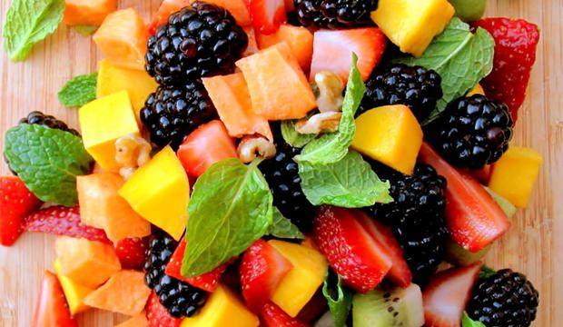 <div>Meyveler de sebzeler gibi lif, vitamin ve mineral içerdikleri için tansiyonu düşürmeye yardımcı olur. Taze meyve yerine meyve suyu içiyorsanız meyvelerin taze sıkılmış olması ve şeker eklenmemiş olması gerekir.</div>  <div></div>  <div>Çilek, kavun, muz, elma, şeftali, ananas, mango ve turunçgiller yüksek tansiyonu dengeleyen meyvelerdir.</div>