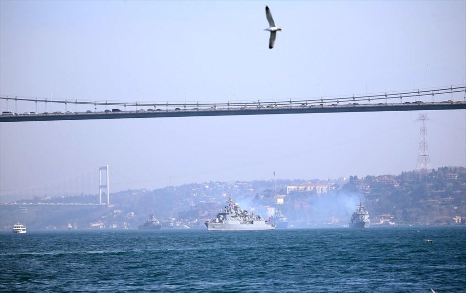 <p>Gemilerin Yavuz Sultan Selim Köprüsü'nün altından geçti. Gemilerin boğazı geçişi sürüyor.</p>