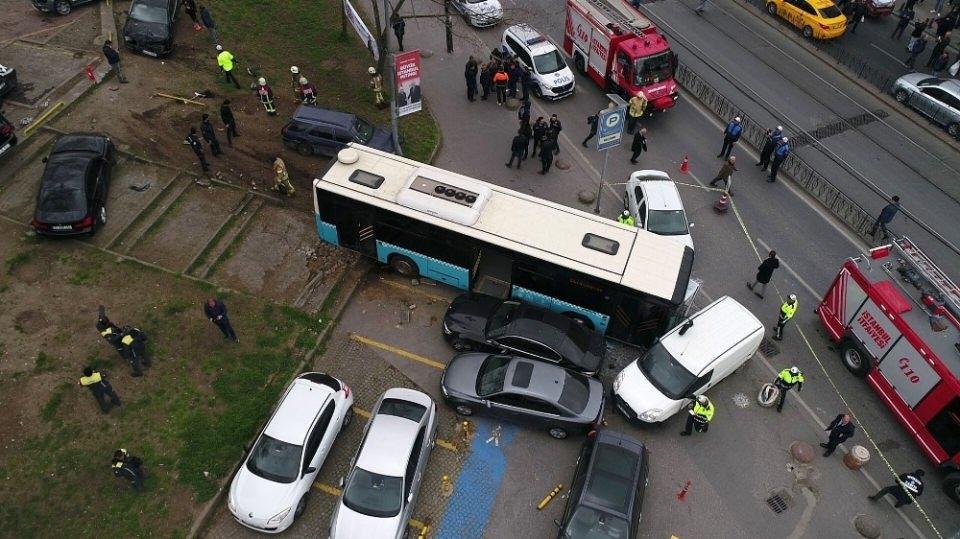 <p>Beyazıt'ta özel halk otobüsü kaza yaptı. İlk bilgilere özel halk otobüsü, sürücüsünün direksiyon hakimiyetini kaybetmesiyle bir çok araca çarptı. Kazada yaralananlar için olay yerine çok sayıda ambulans sevk edildi.</p>
