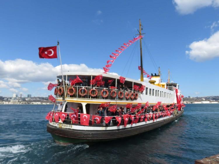 """<p>""""Sağduyunun Birlikteliği"""" sloganıyla düzenlenen buluşma için İstanbul'un farklı ilçelerinden metro, Marmaray, vapur ve otobüslerle yola çıkan vatandaşlar, Yenikapı Meydanı'na gelmeye başladı.</p>  <p></p>"""