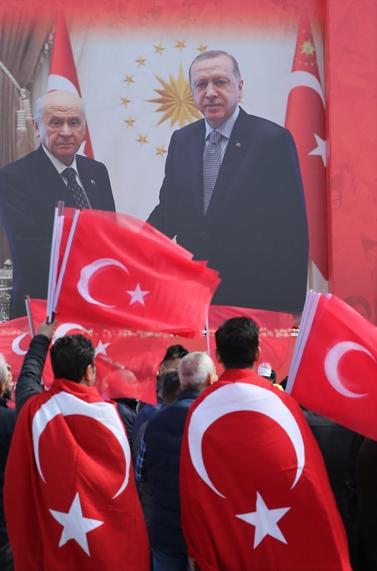 """<p>Türkiye Cumhurbaşkanı ve AK Parti Genel Başkanı Recep Tayyip Erdoğan ile MHP Genel Başkanı Devlet Bahçeli'nin katılımıyla, Yenikapı'da yapılacak """"Büyük İstanbul Mitingi"""" için vatandaşlar miting alanına gelmeye devam ediyor.</p>  <p></p>"""