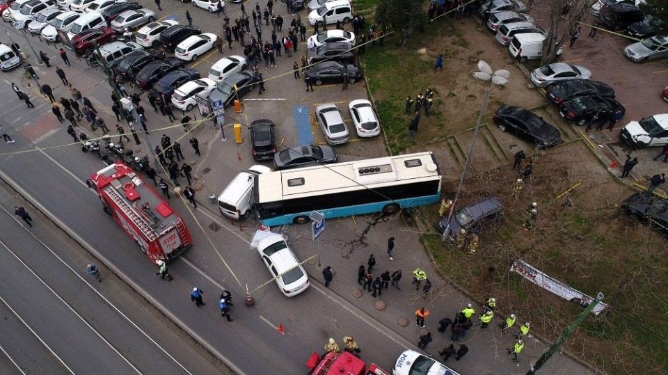 <p>Kazanın ardından halk otobüsünün şoförü gözaltına alındı. Kazada hasar gören 12 aracı kaldırmak için çalışma başlatıldı.</p>
