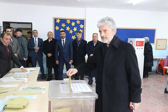 <p>Ankara Büyükşehir Belediye Başkanı Mustafa Tuna ile eşi Peykan Tuna da oylarını Şahin Sevin İlkokulu'ndaki 1171 numaralı sandıkta kullandı.</p>