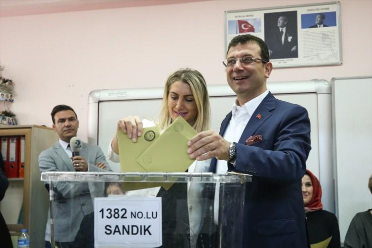 <p>Vatandaşlarla sırasını bekleyen İmamoğlu daha sonra ailesiyle birlikte 1382 numaralı sandıkta oyunu kullandı.<br /> <br /> Buradaki vatandaşların yoğun ilgi gösterdiği İmamoğlu, basın mensuplarına yaptığı açıklamada, yerel seçimin İstanbul için hayırlı olmasını diledi.</p>