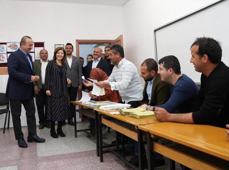 <p>Dışişleri Bakanı Mevlüt Çavuşoğlu, saat 09.30'da eşi Hülya Çavuşoğlu ile birlikte oy kullanacağı Antalya'nın Alanya ilçesindeki Türkler Mahallesi'ndeki Ayşe Cengiz Urfalıoğlu İlkokulu'na geldi. Bakan Mevlüt Çavuşoğlu ve eşi, oylarını 2406 numaralı sandıkta kullandı.</p>