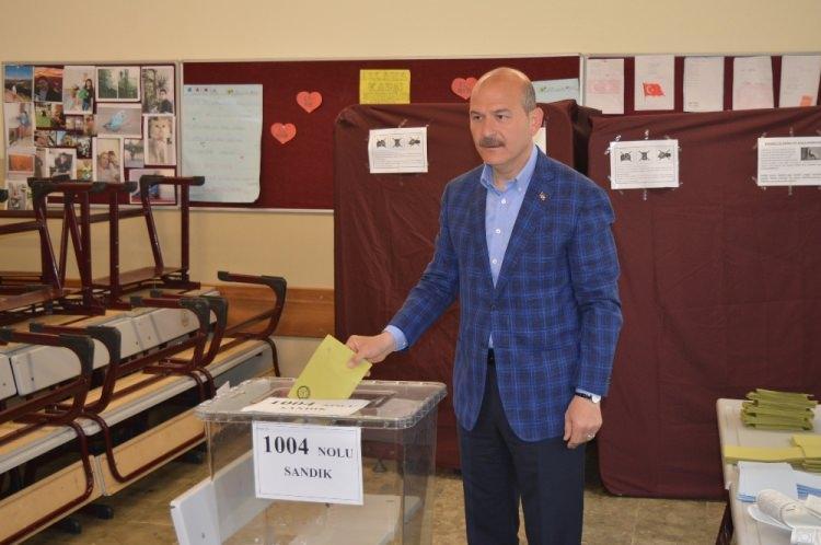 <p>İçişleri Bakanı Süleyman Soylu, Gaziosmanpaşa Dobruca Ortaokulu'nda oyunu kullandı.<br /> <br /> Bakan Soylu, eşi Hamdiye Soylu ile birlikte oy kullanacağı Gaziosmanpaşa Dobruca Ortaokulu'na geldi.</p>
