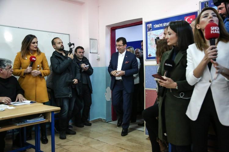 <p>CHP İstanbul Büyükşehir Belediye Başkan Adayı Ekrem İmamoğlu, eşi Dilek İmamoğlu ve oğlu Mehmet Selim İmamoğlu ile oyunu kullanmak için Beylikdüzü'ndeki Haldun Taner İlkokulu'na geldi.</p>