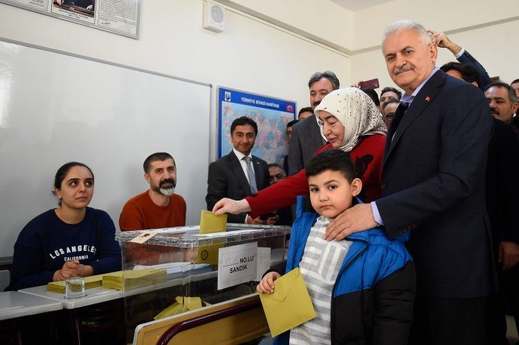 """<p><span style=""""color:#800000""""></span>İstanbul'da, Türkiye'nin 80 vilayetinde, ilçelerde, beldelerde, köylerde ve mahallelerde yerel seçimlerin yapıldığını ifade eden Yıldırım, """"Seçime oldukça yoğun bir ilgi olduğunu görüyoruz. Seçimler demokrasinin bayramıdır. Bugün gelecek 5 yıl için yerel yöneticilerimizi seçeceğiz."""" diye konuştu.</p>"""