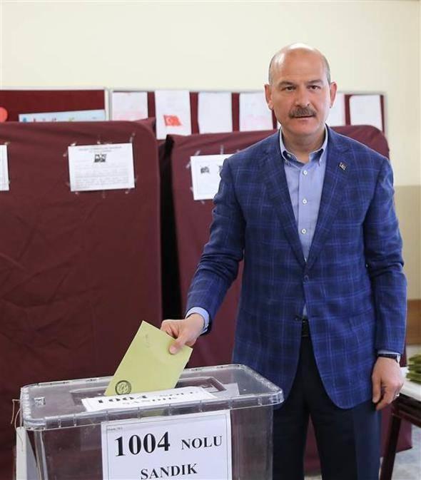 """<p>Bakan Süleyman Soylu, 2019 Mahalli İdareler Genel Seçimleri'ne ilişkin yaptığı değerlendirmede, """"Bugün, Türkiye'de bir demokrasi havası var."""" dedi.<br /> <br /> Oy verme işlemlerinin bazı illerde saat 07.00, bazı illerde ise saat 08.00 itibarıyla başladığını hatırlatan Soylu, """"Şu ana kadar herhangi bir olay intikal etmiş değil. Ufak tefek birtakım olayların dışında, bütün arkadaşlarımız güvenlik tedbirlerini aldılar. Milletimiz huzur içerisinde bugün oyunu kullanacaktır. Bugün, söz milletin."""" diye konuştu.</p>"""