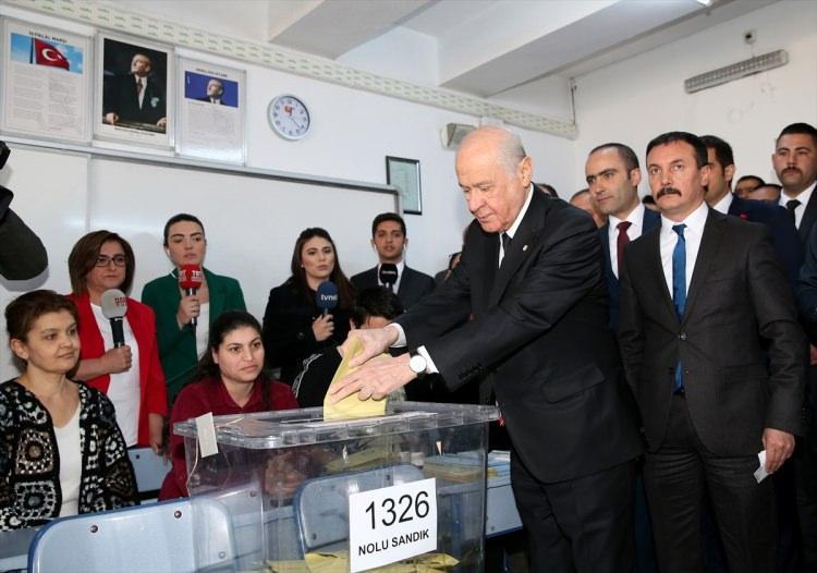 """<p>bir basın mensubunun """"Bugün ilk kez MHP'den başka bir partiye oy vereceksiniz. Neler söylemek istersiniz?"""" sorusuna """"Oyumu Cumhur İttifak'ına veriyorum"""" dedi.</p>"""