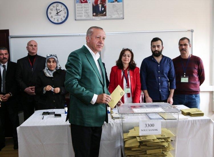 <p>Cumhurbaşkanı Recep Tayyip Erdoğan, 31 Mart Mahalli İdareler Genel Seçimleri için oyunu Üsküdar Saffet Çebi Ortaokulu'na kullandı.</p>  <p></p>