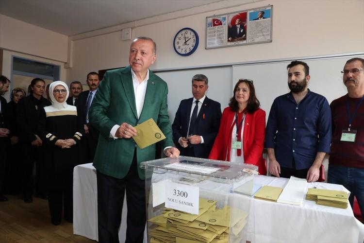 """<p><span style=""""color:#A9A9A9"""">Cumhurbaşkanı Recep Tayyip Erdoğan ve eşi Emine Erdoğan, 31 Mart Mahalli İdareler Genel Seçimleri için oyunu Üsküdar Saffet Çebi Ortaokulu'nda kullandı.</span></p>"""