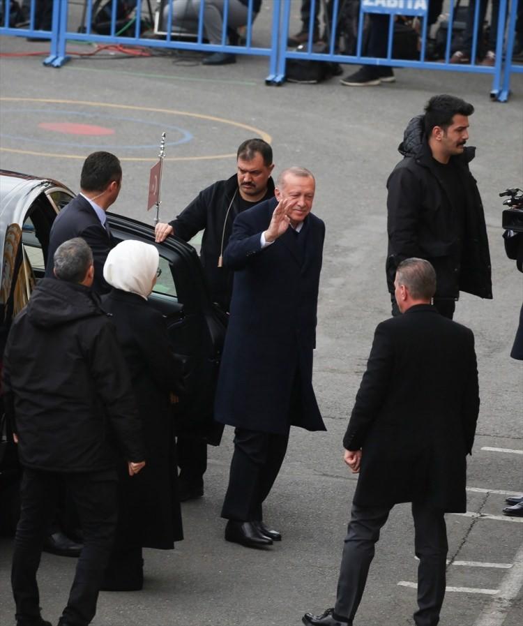 """<p><span style=""""color:#A9A9A9"""">Cumhurbaşkanı Recep Tayyip Erdoğan, 31 Mart Mahalli İdareler Genel Seçimleri için oyunu Üsküdar Saffet Çebi Ortaokulu'na kullandı. Cumhurbaşkanı Erdoğan, oy kullanma işleriminin ardından okul bahçesinde kendisini bekleyen vatandaşlarla selamlaştı.</span></p>"""